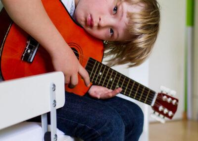 Junge Gitarre