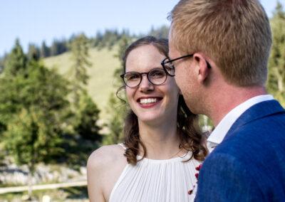 Brautpaar in dem Bergen im Sommer
